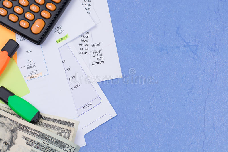 Λογαριασμοί χρησιμότητας ή υποθηκών, υπολογιστής και αμερικανικά δολάρια - χρηματοδότηση γ στοκ εικόνες με δικαίωμα ελεύθερης χρήσης