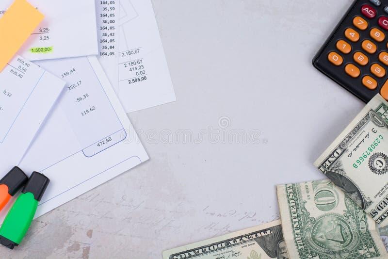 Λογαριασμοί χρησιμότητας ή υποθηκών, υπολογιστής και αμερικανικά δολάρια - χρηματοδότηση γ στοκ φωτογραφία με δικαίωμα ελεύθερης χρήσης