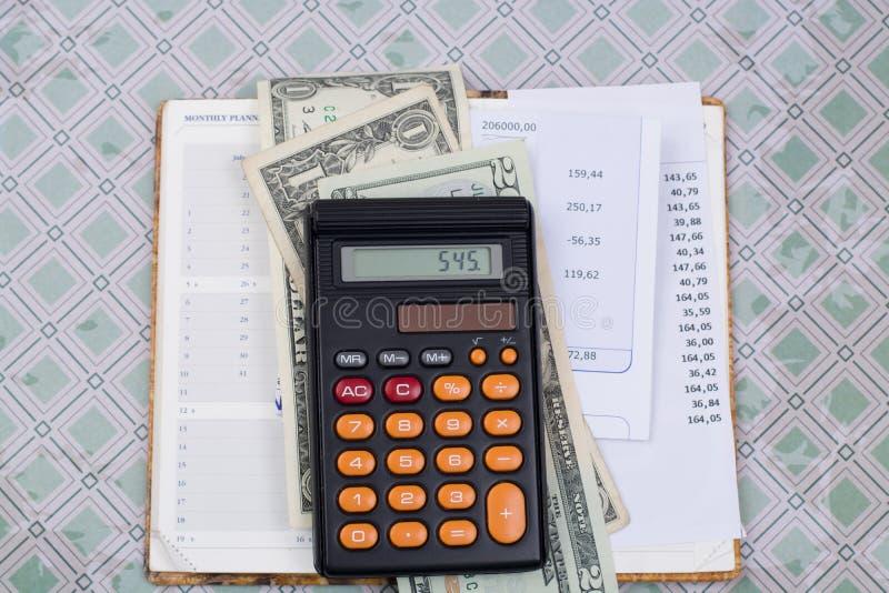 Λογαριασμοί χρησιμότητας ή υποθηκών, υπολογιστής και αμερικανικά δολάρια - χρηματοδότηση γ στοκ φωτογραφίες με δικαίωμα ελεύθερης χρήσης