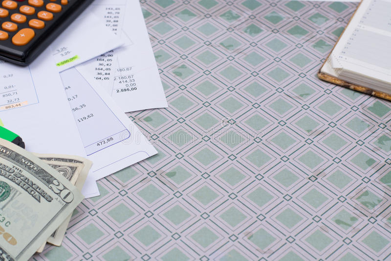 Λογαριασμοί χρησιμότητας ή υποθηκών, υπολογιστής και αμερικανικά δολάρια - χρηματοδότηση γ στοκ εικόνα