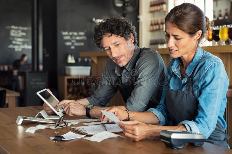 Λογαριασμός εστιατορίων υπολογισμού προσωπικού στοκ εικόνες