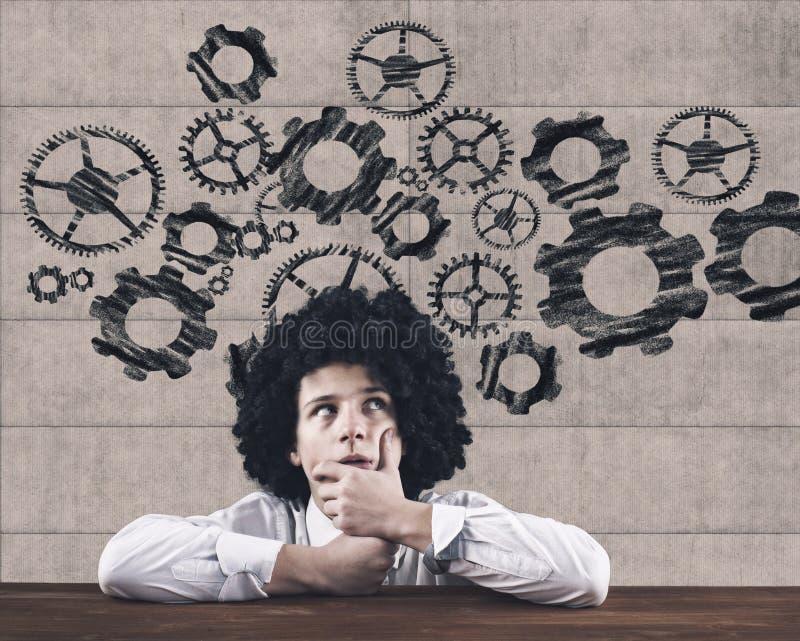 Λογική σκέψη Επιχειρηματίας που σκέφτεται στον πίνακα στοκ εικόνα