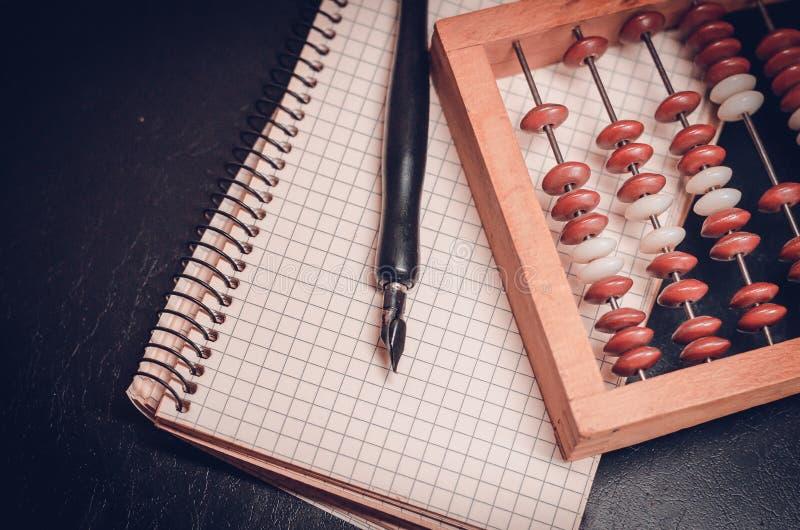 Λογιστής εργασιακών χώρων στο τελευταίο αιώνα Ξύλινος άβακας, μάνδρα μελανιού και σημειωματάριο Αναδρομική επεξεργασία ύφους : Ο  στοκ εικόνα με δικαίωμα ελεύθερης χρήσης