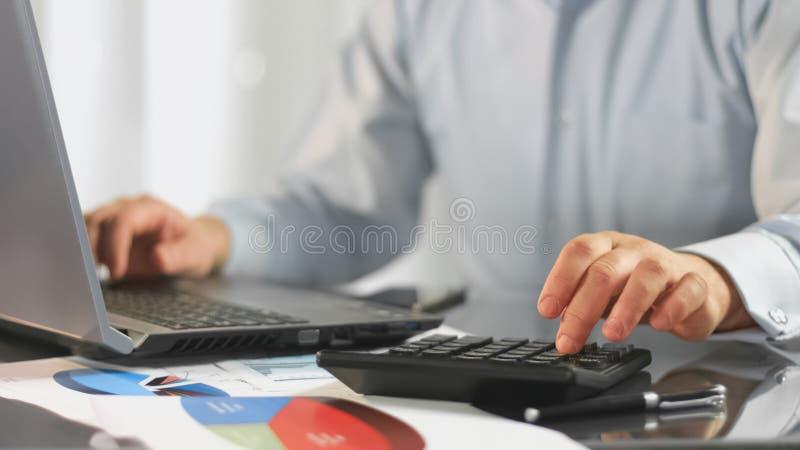Λογιστής που προετοιμάζει το lap-top εκθέσεων, οικονομικό ειδικό αναλύοντας έγγραφο διαγραμμάτων στοκ εικόνες με δικαίωμα ελεύθερης χρήσης