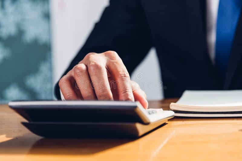 Λογιστική επιχειρησιακών ατόμων που χρησιμοποιεί τον υπολογισμό και την εργασία με το lap-top γ στοκ φωτογραφία με δικαίωμα ελεύθερης χρήσης