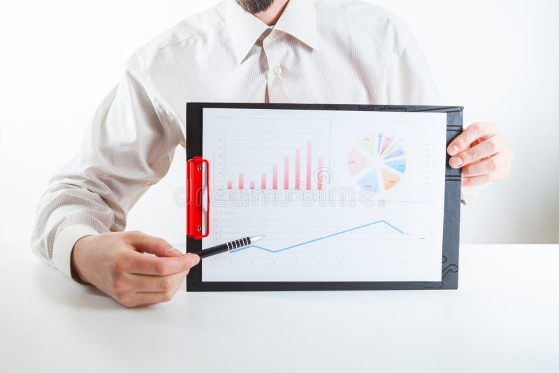 Λογιστικός έλεγχος επιχειρησιακών χρηματοδοτών που λειτουργεί με τη ετήσια έκθεση lap-top και στοιχείων στοκ εικόνες