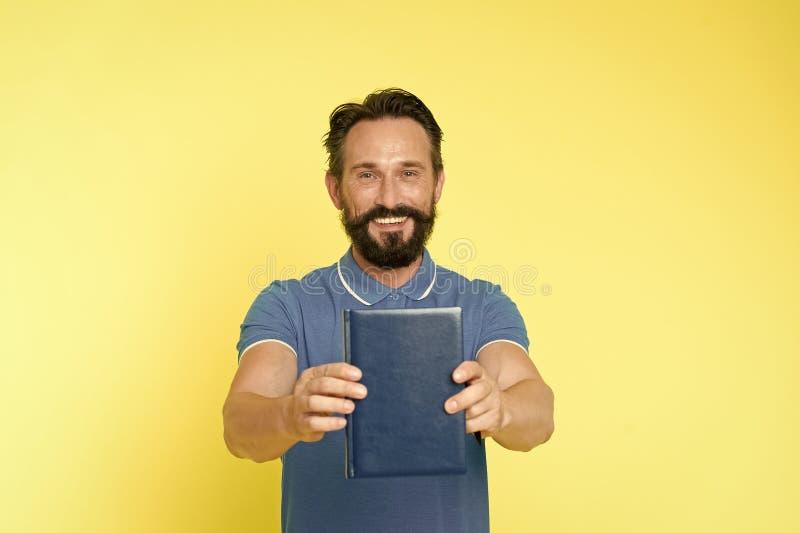 Λογοτεχνικός κριτικός Ώριμο γενειοφόρο βιβλίο λαβής τύπων ατόμων Ικανοποιημένος αναγνώστης Έννοια παρουσίασης βιβλίων Συντάκτης π στοκ φωτογραφία