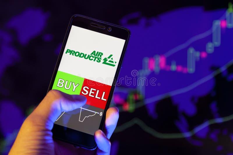 Λογότυπο εταιρείας AIR PRODUCTS & CHEMICALS Inc στην οθόνη smartphone, χέρι εμπόρου που κρατά κινητό τηλέφωνο που δείχνει BUY ή S στοκ φωτογραφίες