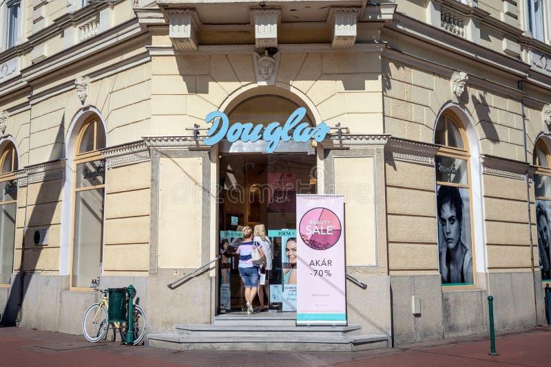Λογότυπο καλλυντικών Ντάγκλας στο κύριο κατάστημά τους σε Szeged Ντάγκλας είναι ένα γερμανικοί άρωμα και λιανοπωλητής καλλυντικών στοκ φωτογραφία με δικαίωμα ελεύθερης χρήσης