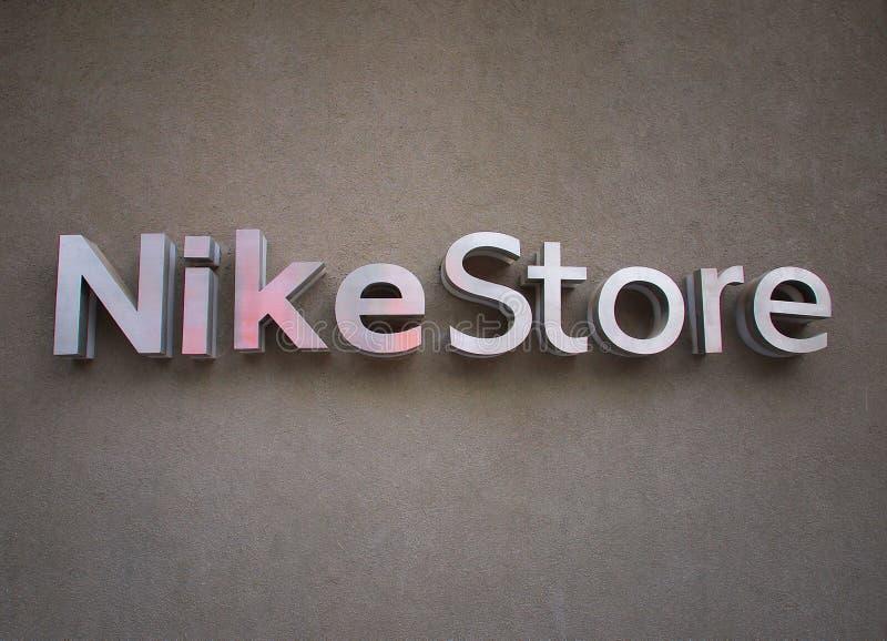 Λογότυπο καταστημάτων της Nike στον τοίχο στοκ εικόνα με δικαίωμα ελεύθερης χρήσης