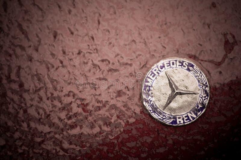 Λογότυπο της Mercedes στην κουκούλα ενός αυτοκινήτου, που καλύπτεται από τον πάγο στοκ φωτογραφίες