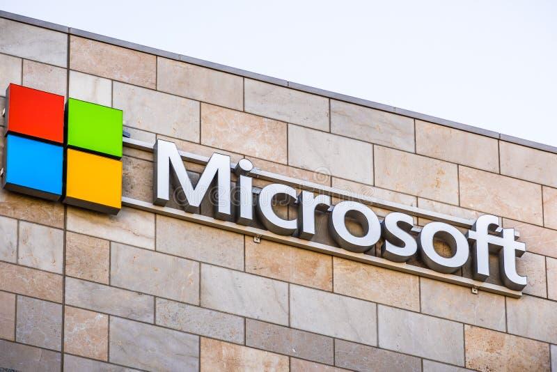 Λογότυπο της Microsoft στο κτίριο γραφείων της επιχείρησης στοκ εικόνες