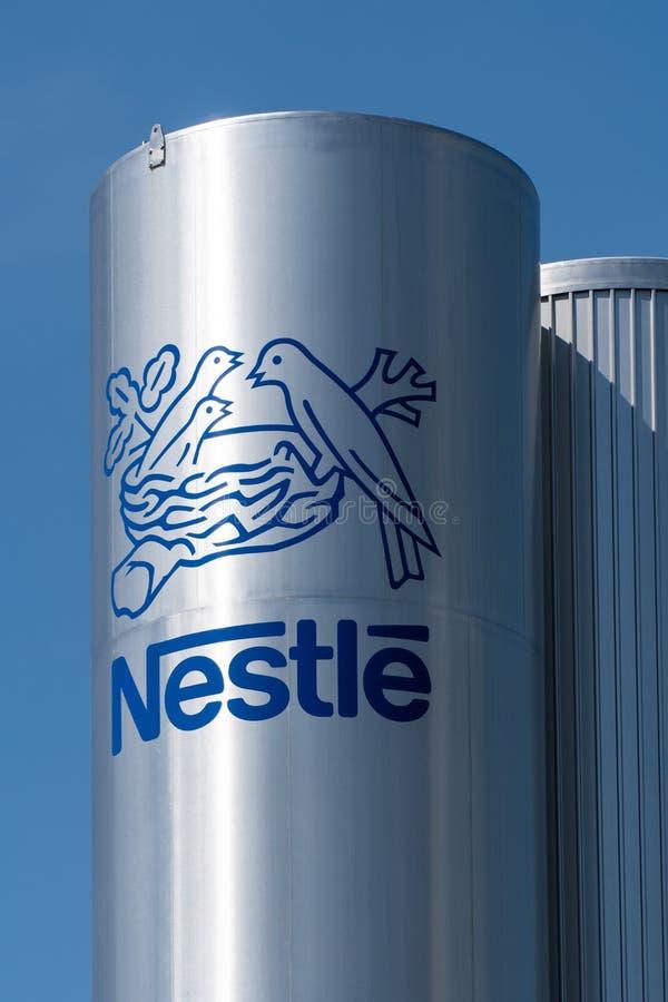 Λογότυπο της Nestle στη δεξαμενή Pontecesures του εργοστασίου στοκ φωτογραφία
