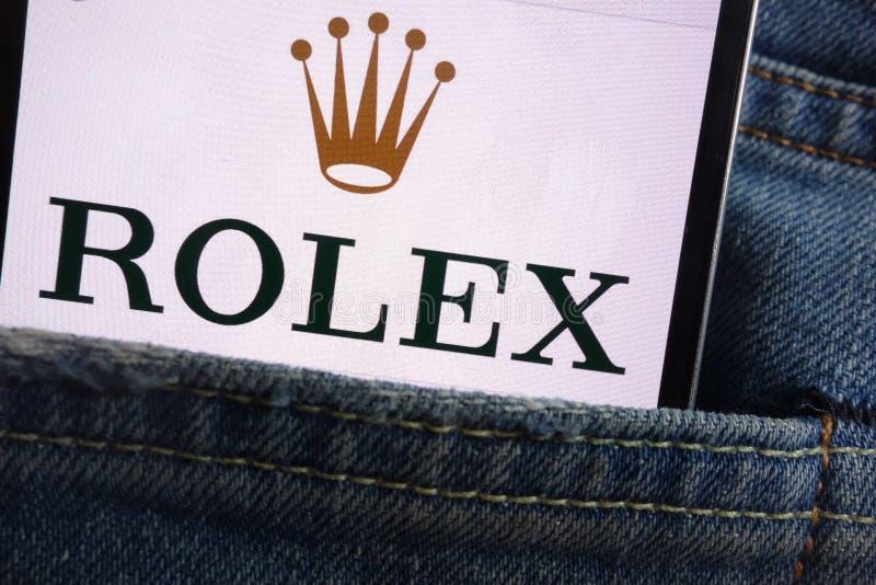 Λογότυπο της Rolex που επιδεικνύεται στο smartphone που κρύβεται στην τσέπη τζιν στοκ φωτογραφίες