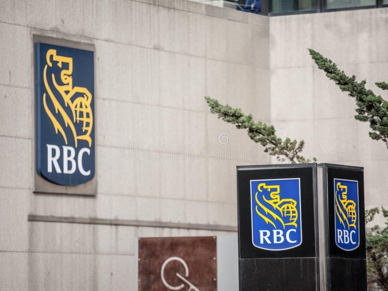 Λογότυπο της Royal Bank του Καναδά RBC στο Τορόντο, Οντάριο κοντά στο κύριο γραφείο τους στοκ φωτογραφία με δικαίωμα ελεύθερης χρήσης
