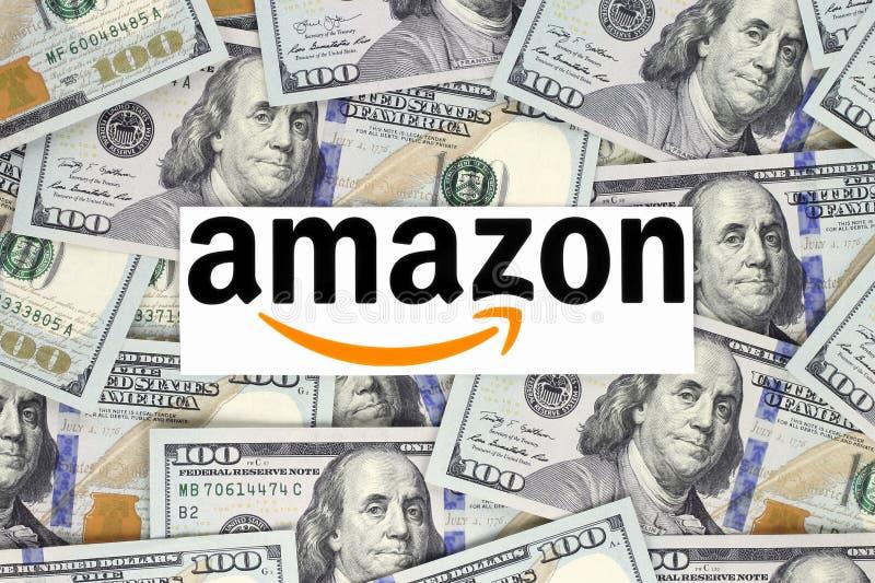 Λογότυπο του Αμαζονίου που τυπώνεται σε χαρτί, που κόβεται και που τοποθετείται στο υπόβαθρο χρημάτων στοκ εικόνα