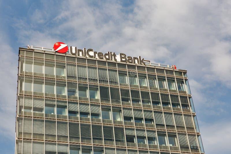 Λογότυπο τραπεζών Unicredit στο κτίριο γραφείων στη Μπρατισλάβα, Σλοβακία στοκ εικόνες