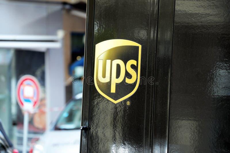 Λογότυπο υπηρεσιών παράδοσης UPS στο μαύρο φορτηγό στοκ φωτογραφία με δικαίωμα ελεύθερης χρήσης