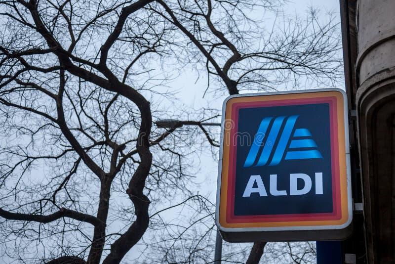 Λογότυπο Aldi σε ένα από τα καταστήματά τους για την Ουγγαρία Το Aldi είναι ένα γερμανικό αλυσίδα σουπερμάρκετ έκπτωσης που αναπτ στοκ εικόνες