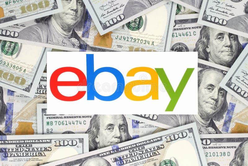 Λογότυπο Ebay που τυπώνεται σε χαρτί, που κόβεται και που τοποθετείται στο υπόβαθρο χρημάτων στοκ εικόνα με δικαίωμα ελεύθερης χρήσης