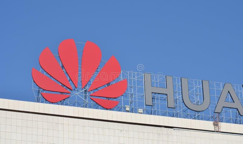 Λογότυπο Huawei στο γραφείο τους στοκ φωτογραφίες