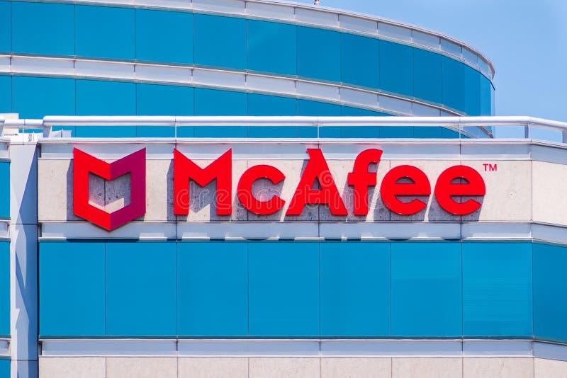 Λογότυπο McAfee στο εξωτερικό ενός κτηρίου στοκ φωτογραφία με δικαίωμα ελεύθερης χρήσης