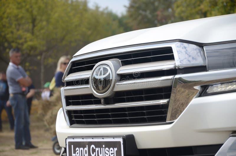 Λογότυπο Toyota στο μπροστινό μέρος Land Cruiser 200 AWD SUV στοκ εικόνες με δικαίωμα ελεύθερης χρήσης