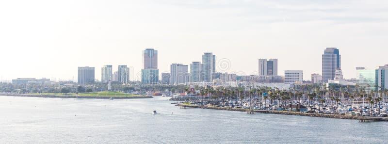 Λονγκ Μπιτς Καλιφόρνια ο ορίζοντας ΑΜΕΡΙΚΑΝΙΚΩΝ λιμένων με τους ουραν στοκ φωτογραφία με δικαίωμα ελεύθερης χρήσης
