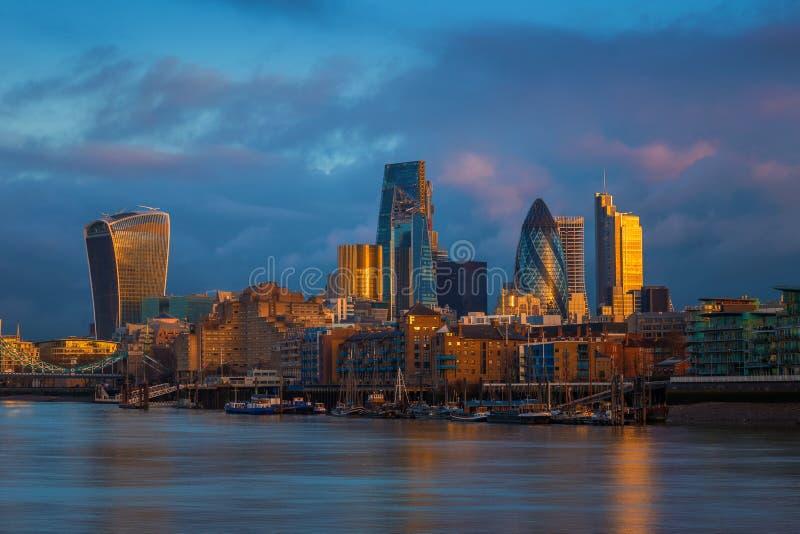 Λονδίνο, Αγγλία - ουρανοξύστες της τράπεζας, η οδηγώντας οικονομική περιοχή του Λονδίνου στη χρυσή ώρα στοκ φωτογραφίες