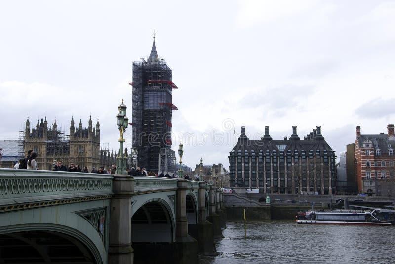 Λονδίνο, Αγγλία: Στις 8 Μαρτίου 2018: Ένα άτομο έντυσε στο βρετανικά σακάκι και τα γυαλιά ηλίου σημαιών και τα πωλώντας εισιτήρια στοκ εικόνα με δικαίωμα ελεύθερης χρήσης