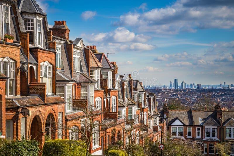 Λονδίνο, Αγγλία - χαρακτηριστικά σπίτια τούβλου και επίπεδα και πανοραμική άποψη του Λονδίνου σε ένα συμπαθητικό θερινό πρωί στοκ εικόνα
