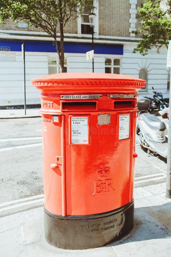 Λονδίνο, Αγγλία, UK - 18 Αυγούστου 2017: Εικονικό κόκκινο μετα κιβώτιο σε Lo στοκ φωτογραφία