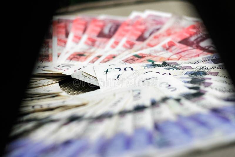 Λονδίνο, Ηνωμένο Βασίλειο - 15 ΔΕΚΕΜΒΡΊΟΥ 2018: Βρετανικές λίβρες, νόμισμα εγγράφου που βάζουν στο κατασκευασμένο υπόβαθρο στοκ φωτογραφία με δικαίωμα ελεύθερης χρήσης