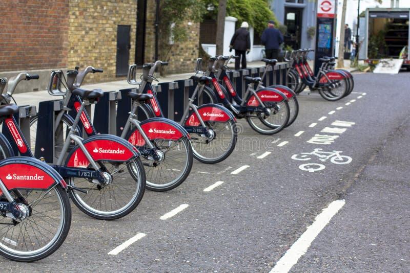 Λονδίνο, Μεγάλη Βρετανία 12 Απριλίου 2019 Οδός Kensington Ποδήλατα μίσθωσης στο Λονδίνο με τους κύκλους του σαντάντερ στοκ εικόνα