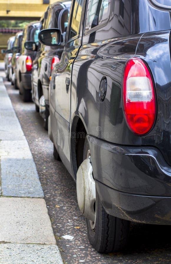 Λονδίνο, Μεγάλη Βρετανία 12 Απριλίου 2019 Οδός Kensington Χώρος στάθμευσης αμαξιών Το αμάξι του Λονδίνου θεωρείται καλύτερο ταξί στοκ εικόνες με δικαίωμα ελεύθερης χρήσης