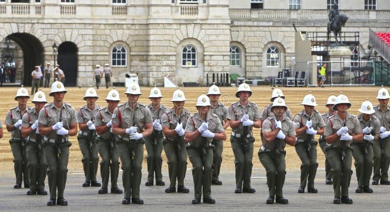 Λονδίνο, Μεγάλη Βρετανία - 22 Μαΐου 2016: βασιλικές φρουρές ναυτικών που εκπαιδεύουν στην παρέλαση φρουρών αλόγων στοκ φωτογραφία με δικαίωμα ελεύθερης χρήσης
