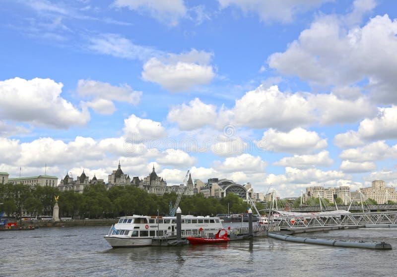 Λονδίνο, Μεγάλη Βρετανία - 22 Μαΐου 2016: Η πόλη ταξιδεύει την αποβάθρα ματιών του Λονδίνου στοκ εικόνες