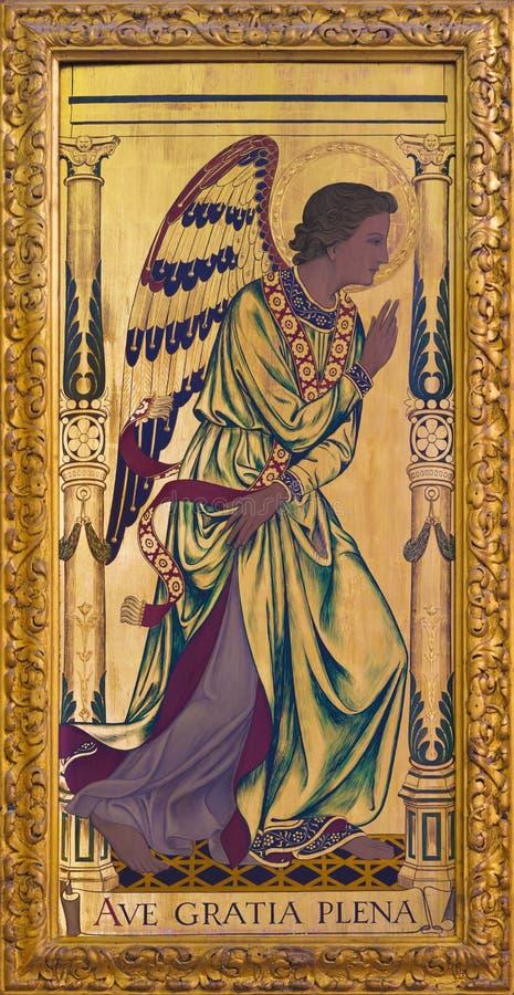 Λονδίνο - ο αρχάγγελος Gabriel ως αριστερό μέρος Annunciation της ζωγραφικής στο ξύλο στο βωμό στην εκκλησία ST επιεικές ` s στοκ φωτογραφία