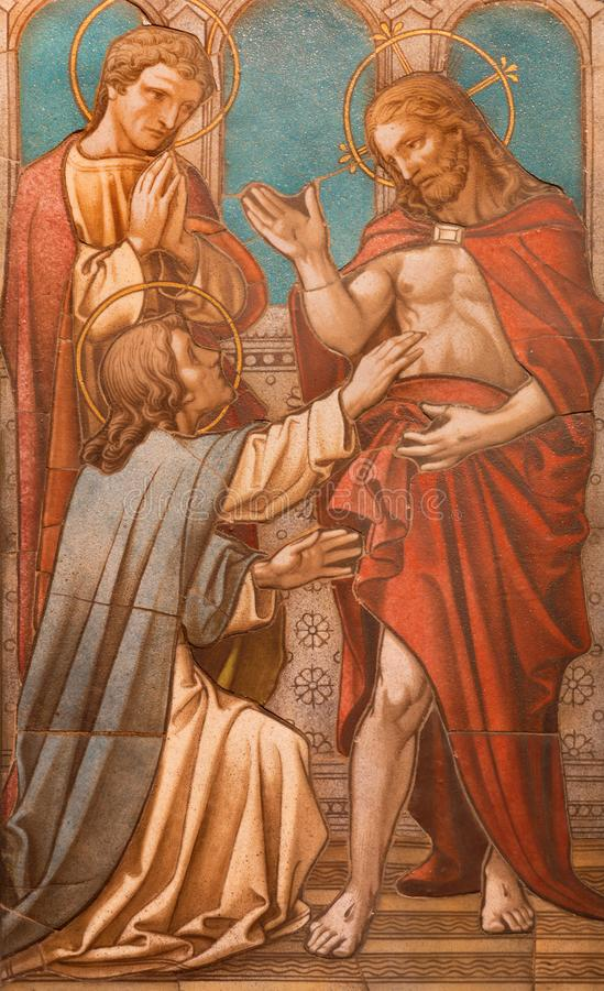 Λονδίνο - το κεραμωμένο μωσαϊκό Χριστού που εμφανίζεται στην αμφισβήτηση Thomas στο βωμό στην εκκλησία της ισπανικής θέσης του ST στοκ εικόνα με δικαίωμα ελεύθερης χρήσης