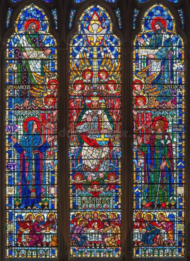 Λονδίνο - το λεκιασμένο γυαλί του Ιησούς Χριστού το Pantokrator, Virgin Mary, ST Joseph και οι Ευαγγελιστές στην εκκλησία ST Ethe στοκ εικόνες με δικαίωμα ελεύθερης χρήσης