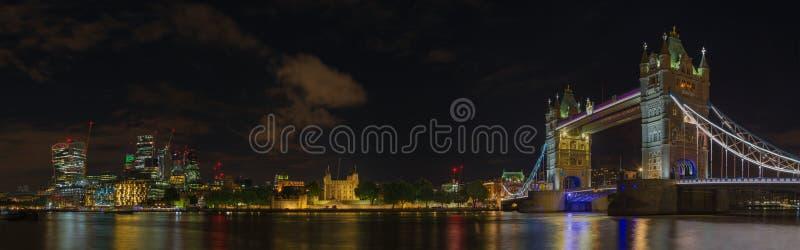 Λονδίνο - το νυχτερινό πανόραμα με τη γέφυρα πύργων, τον πύργο και τους ουρανοξύστες του οικονομικού discrict στοκ φωτογραφία