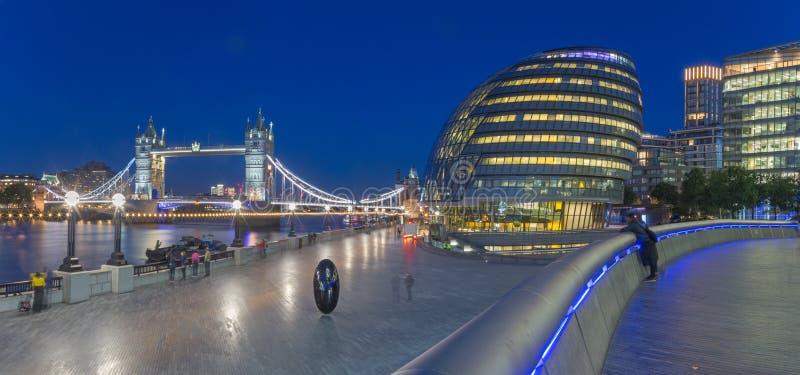Λονδίνο - το πανόραμα της γέφυρας πύργων, περίπατος με το σύγχρονο κτήριο Δημαρχείων στο σούρουπο στοκ φωτογραφίες με δικαίωμα ελεύθερης χρήσης