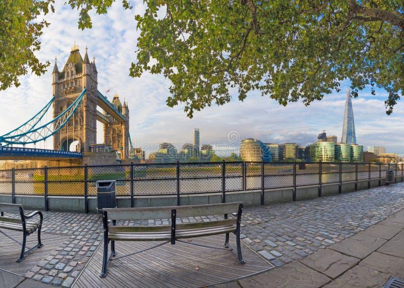 Λονδίνο - το πανόραμα της όχθης ποταμού του Τάμεση, της γέφυρας πύργων και Shard από τον περίπατο στο φως πρωινού στοκ φωτογραφίες