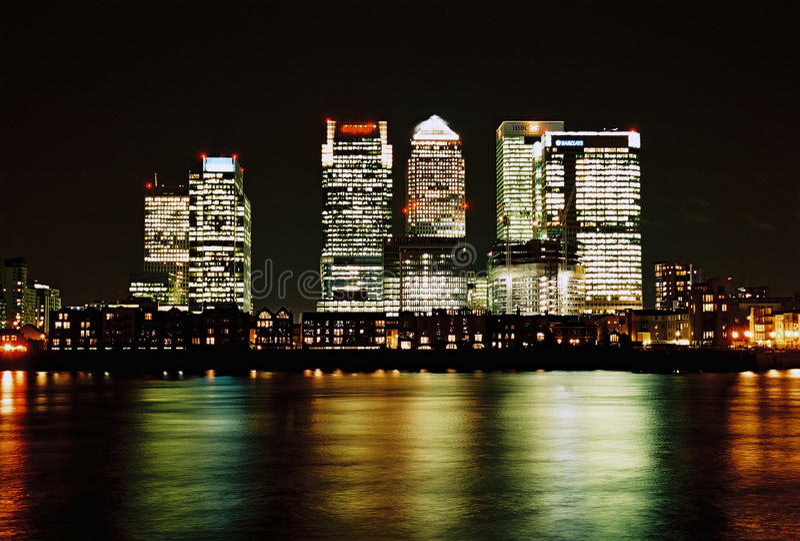 Λονδίνο, Canary Wharf τη νύχτα στοκ φωτογραφίες