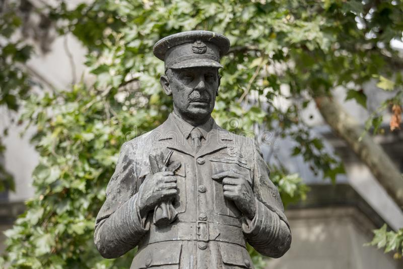 Λονδίνο, UK, στις 17 Ιουλίου 2019, άγαλμα του αέρα ο κύριος Marshall Λόρδος Dowding έξω από την επιεική RAF Δανών του ST εκκλησία στοκ εικόνες