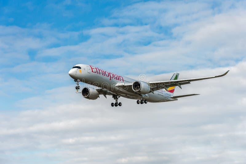 ΛΟΝΔΙΝΟ, ΑΓΓΛΙΑ - 22 ΑΥΓΟΎΣΤΟΥ 2016: Et-ATR αιθιοπικό airbus αερογραμμών A350 που προσγειώνεται στον αερολιμένα Heathrow, Λονδίνο στοκ φωτογραφία με δικαίωμα ελεύθερης χρήσης