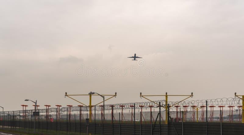 ΛΟΝΔΙΝΟ, ΑΓΓΛΙΑ - 25 ΣΕΠΤΕΜΒΡΊΟΥ 2017: Αερογραμμές Boeing της British Airways 767 γ-BNWB που απογειώνονται στο Λονδίνο Heathrow δ στοκ εικόνες με δικαίωμα ελεύθερης χρήσης