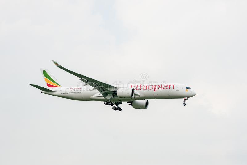 ΛΟΝΔΙΝΟ, ΑΓΓΛΙΑ - 27 ΣΕΠΤΕΜΒΡΊΟΥ 2017: Αιθιοπικό airbus A350 et-ATQ αερογραμμών που προσγειώνεται στο διεθνή αερολιμένα του Λονδί στοκ φωτογραφία με δικαίωμα ελεύθερης χρήσης