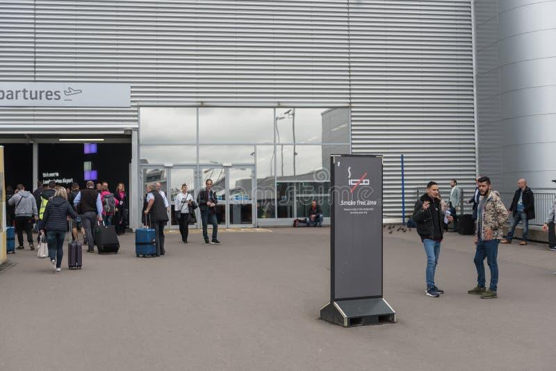 ΛΟΝΔΙΝΟ, ΑΓΓΛΙΑ - 29 ΣΕΠΤΕΜΒΡΊΟΥ 2017: Περιοχή απαγόρευσης του καπνίσματος αερολιμένων της Luton Λονδίνο, Αγγλία, Ηνωμένο Βασίλει στοκ εικόνες