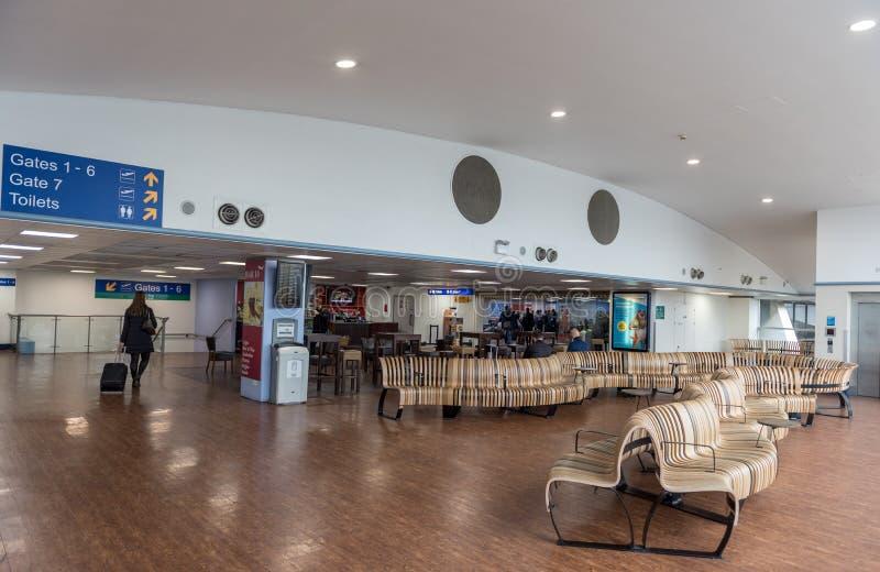 ΛΟΝΔΙΝΟ, ΑΓΓΛΙΑ - 29 ΣΕΠΤΕΜΒΡΊΟΥ 2017: Περιοχή πυλών αναχώρησης αερολιμένων της Luton Λονδίνο, Αγγλία, Ηνωμένο Βασίλειο στοκ φωτογραφία